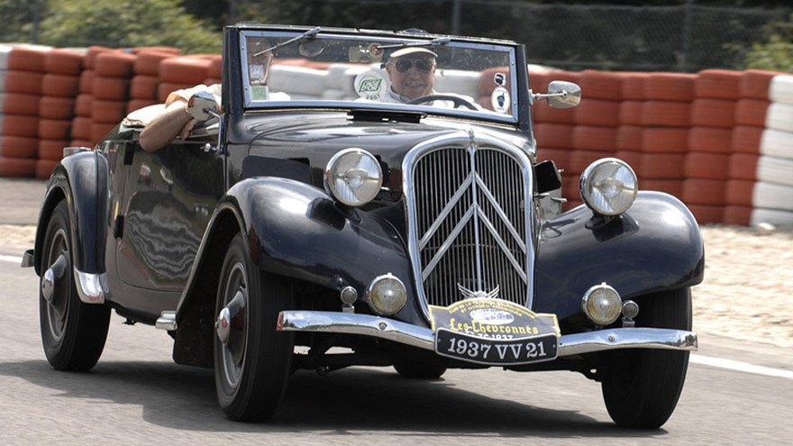 80-jarige Traction Avant eregast op Jumble